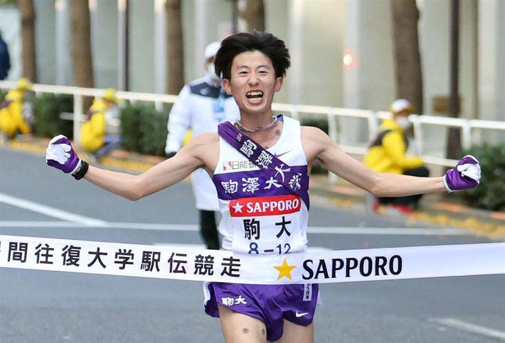 1位でゴールする駒沢大10区の石川拓慎=3日、東京・大手町(福島範和撮影)