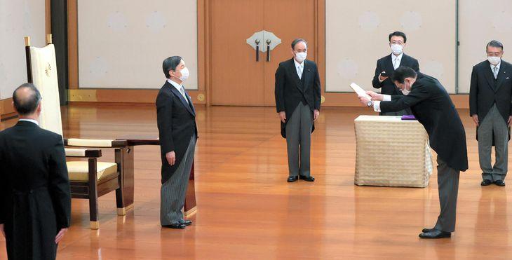 岸田文雄首相の親任式に臨まれる天皇陛下=4日午後、皇居・宮殿「松の間」