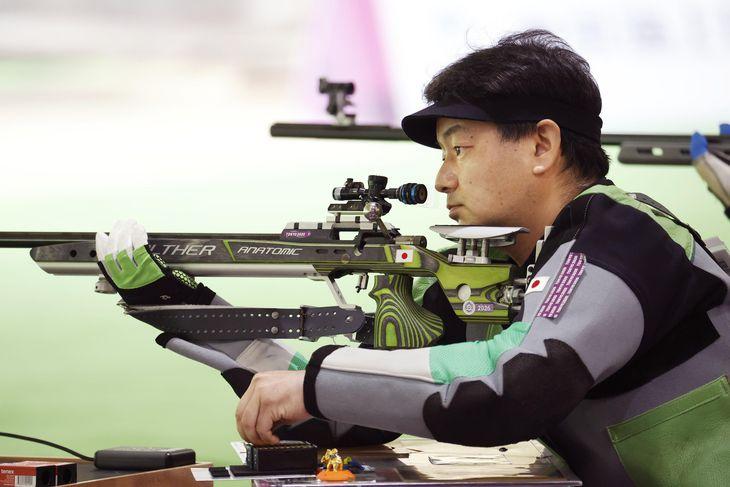 混合ライフル伏射(運動機能障害SH1)予選 銃弾を込める渡辺裕介=自衛隊朝霞訓練場