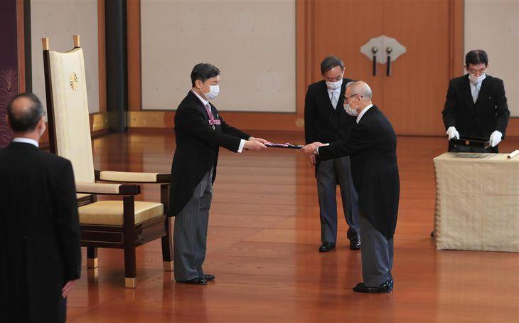 天皇陛下から勲章を受ける、日本文学の久保田淳氏=3日午前、皇居・宮殿「松の間」(松本健吾撮影)