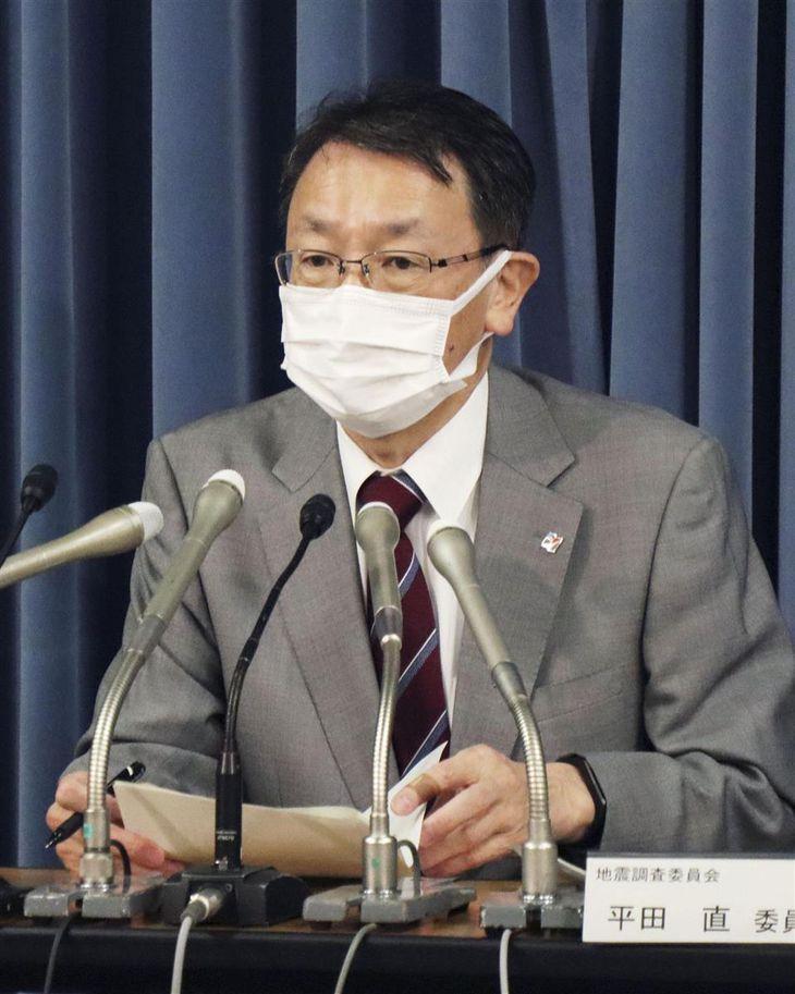 政府の地震調査委員会の臨時会合後に記者会見する平田直委員長=14日午後、文科省
