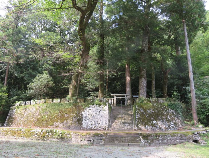 福岡県八女市矢部村の良成親王墓