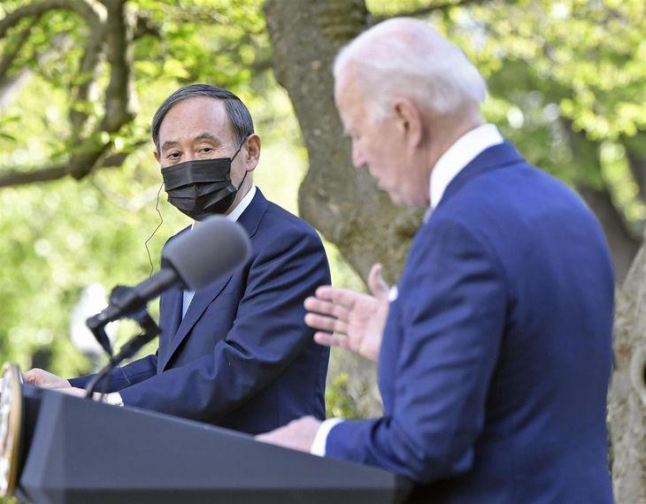 会談後、共同記者会見に臨むバイデン米大統領(右)と菅義偉首相=4月16日、ワシントン・ホワイトハウス(共同)