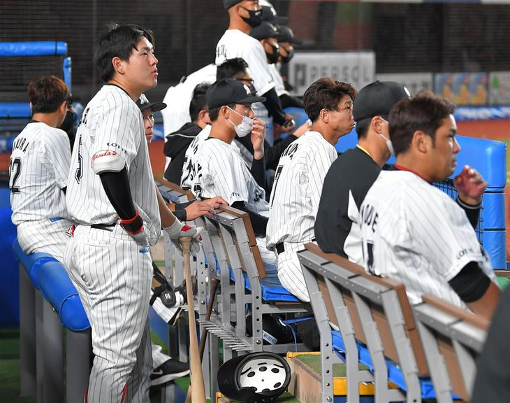 【プロ野球ロッテ対オリックス】打線がふるわず、暗い表情の安田尚憲(左)らベンチのロッテナイン=ZOZOマリンスタジアム(今野顕撮影)
