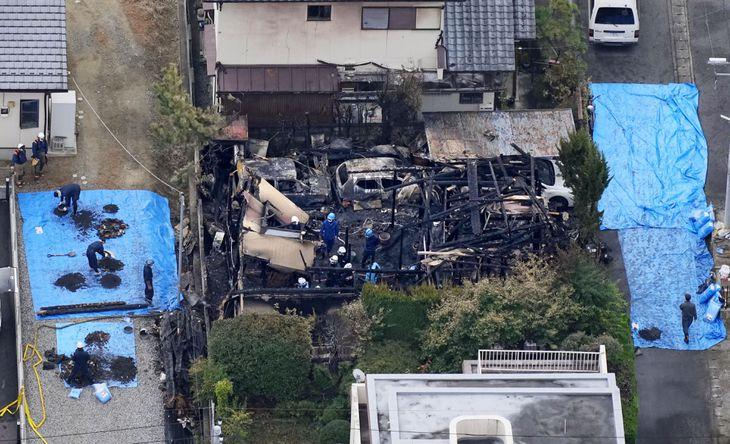 全焼した跡から遺体が見つかった住宅=12日午前11時9分、甲府市