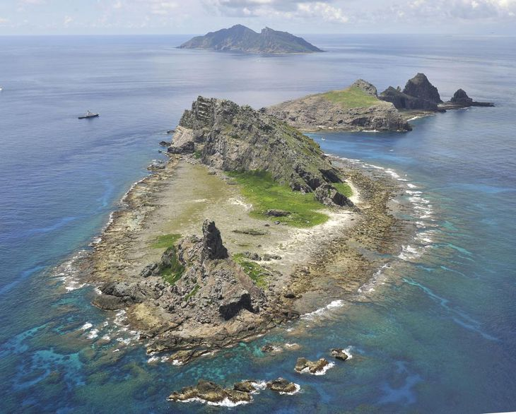 沖縄県の尖閣諸島。手前から南小島、北小島、魚釣島=2012年9月