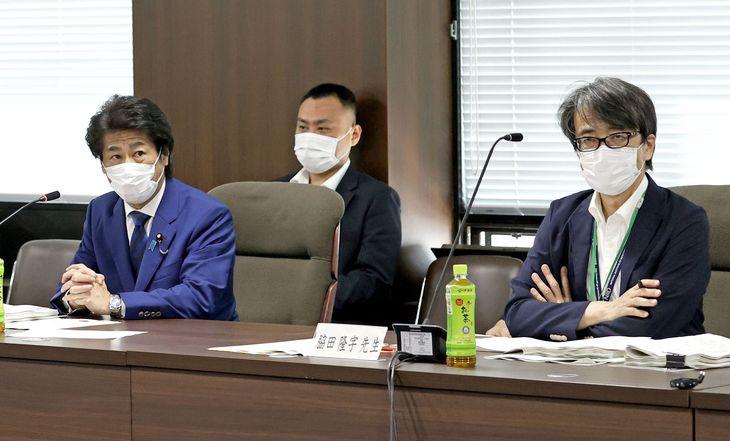 新型コロナウイルス感染症対策を助言する専門家組織の会合で、あいさつする田村厚労相。右は脇田隆字・国立感染症研究所長=11日午後、厚労省