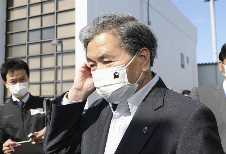 報道陣の取材に応じる熊本県の蒲島郁夫知事=11日午前、熊本空港