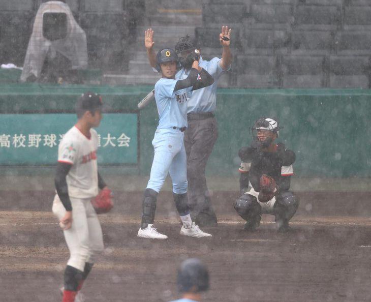 断続的な降雨の中で行われた近江-日大東北戦は結局5回途中に中断=19日、甲子園球場