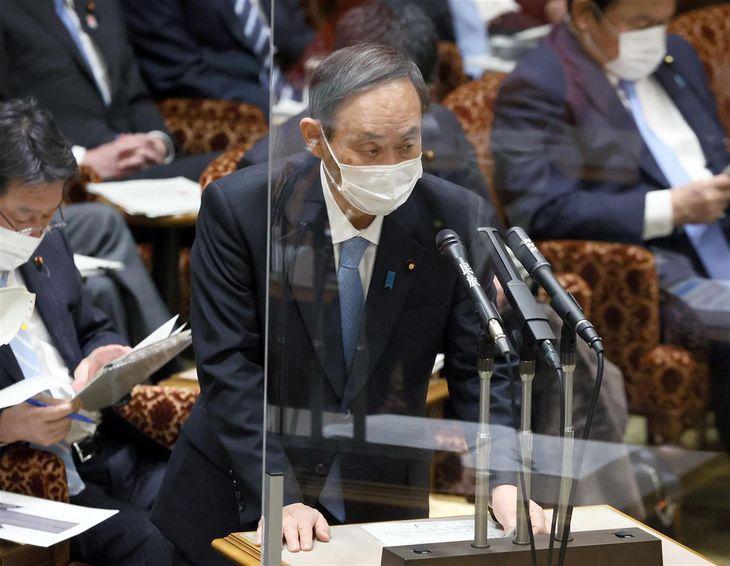 参院予算委員会で答弁する菅義偉首相=4日午前、参院第1委員会室(春名中撮影)