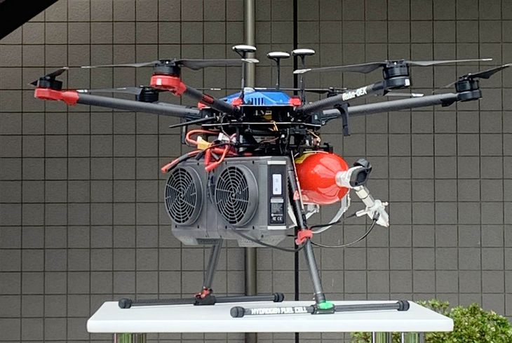 水素の入ったボンベと燃料電池を搭載するドローンは、約3分にわたり飛行を続けた=9月8日 午後2時5分 神奈川県茅ケ崎市で撮影
