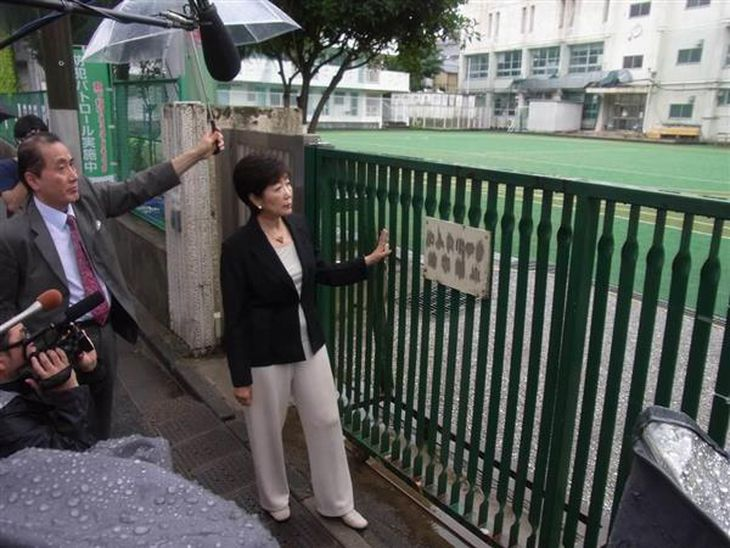 韓国人学校の増設予定地となった都有地を眺める小池百合子氏=7月9日、東京都新宿区