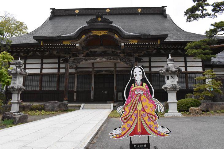 松巌寺の本堂と「貴女」紅葉のパネル。「鬼滅の刃」の禰豆子に似ているといわれる=長野市鬼無里(原田成樹撮影)