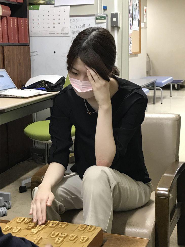 八代弥七段に敗れ、棋聖戦2次予選進出はならなかった西山朋佳女流三冠=6日、東京・千駄ケ谷の将棋会館