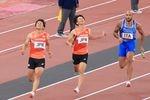 バトンリレーに失敗する2走の山県亮太(左)と1走の多田修平(中央)=6日、国立競技場