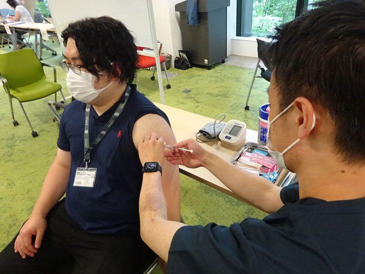 医師や看護師も参加した合同職域接種のリハーサル=14日、東京都千代田区(松村信仁撮影)