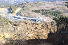 サーキットの路面や建物に高台からの土砂が流れ込んだ=14日、福島県二本松市(石原颯撮影)
