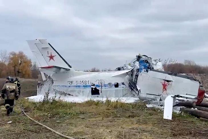 10日、ロシア中部タタルスタン共和国のメンゼリンスクで墜落した航空機(タス=共同)