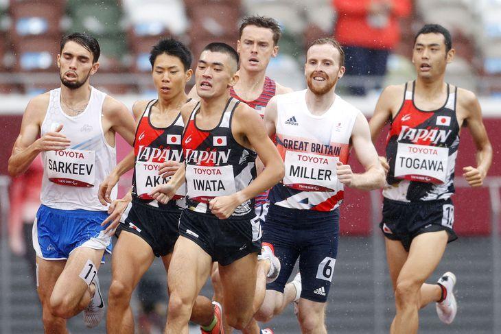 男子1500メートル(知的障害) 力走する赤井大樹(左から2人目)、岩田悠希(同3人目)。右端は十川裕次=国立競技場