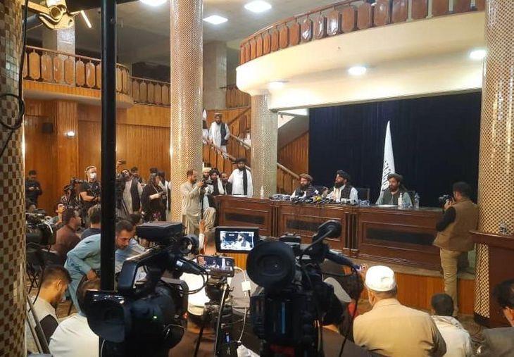 政権掌握後、初めて記者会見を開いたタリバン=8月17日、アフガニスタン・カブール(ゲッティ=共同)