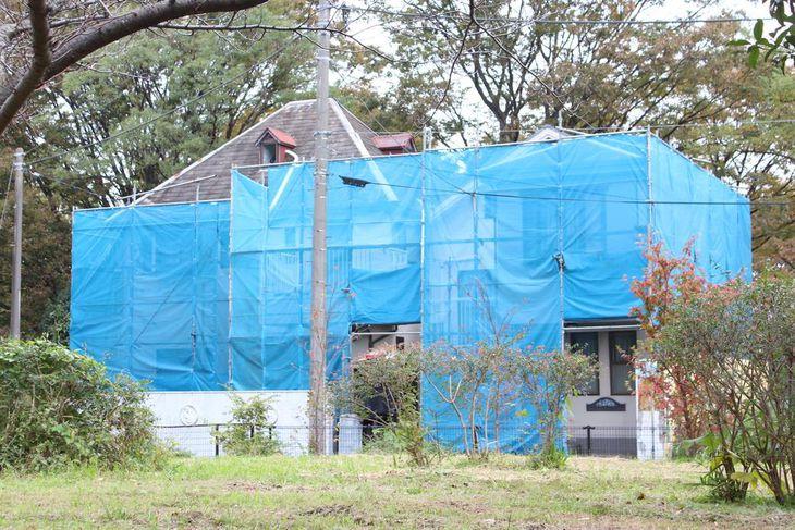 宮沢さん一家4人が殺害された事件から、間もなく19年が経過する現場住宅。外壁の飛散などを防ぐため、四方に防護ネットが張り巡らされている