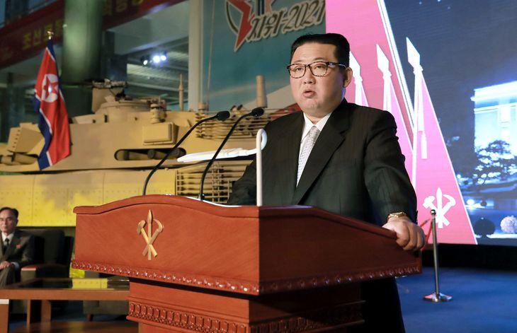 国防発展展覧会の開幕式で演説する金正恩朝鮮労働党総書記=平壌(朝鮮中央通信=共同)