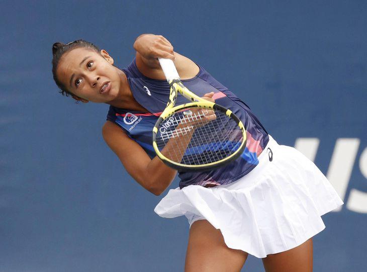女子シングルス2回戦でサーブを放つレイラ・フェルナンデス=ニューヨーク(USAトゥデー・ロイター=共同)