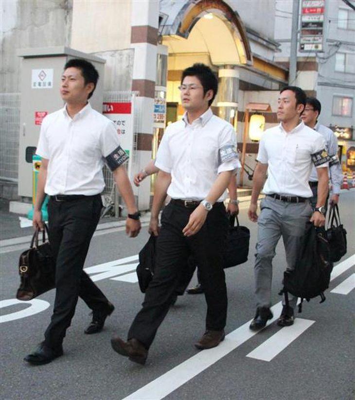 歓楽街で違法客引きなどの警戒にあたる姫路署員ら=姫路市