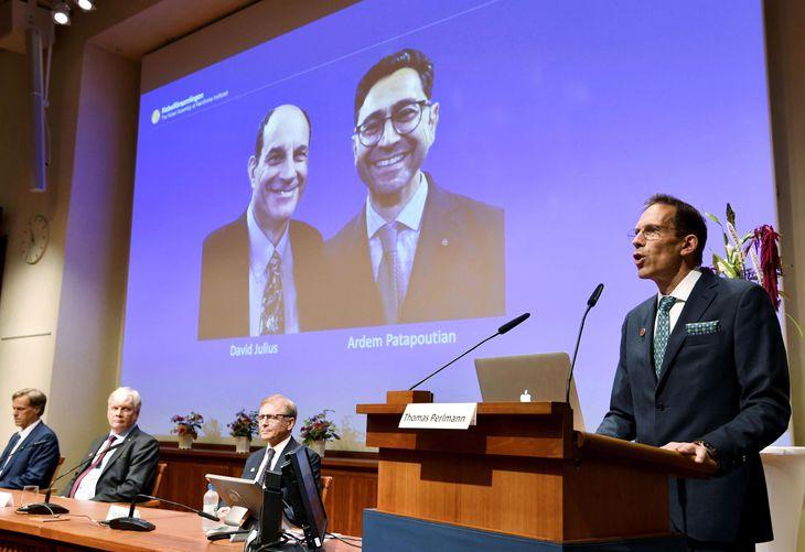 ノーベル医学生理学賞の受賞が決まったデービッド・ジュリアス氏(左)らを発表する記者会見=4日、ストックホルム(AP=共同)