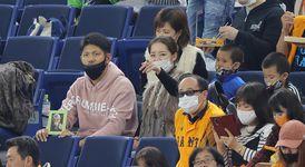 柴田さんの弟、憲二さん(左)が遺影を手に2000安打を見届けた (撮影・中井誠)