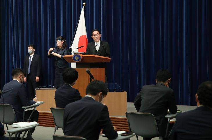 初の首相会見を行う岸田文雄首相=4日午後、首相官邸(矢島康弘撮影)