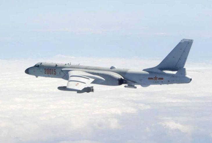 中国軍の爆撃機「轟6」(台湾国防部提供・共同)