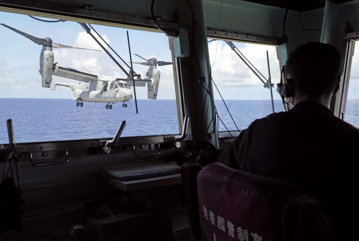 海上自衛隊の護衛艦いせから飛び立つ、米軍の輸送機オスプレイ=24日、沖縄の南方