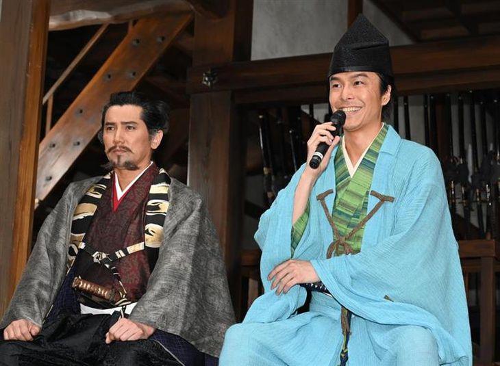 会見で笑顔を見せる長谷川博己(右)と本木雅弘