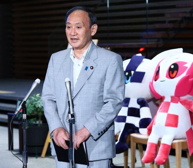 東京五輪の競技開始を受け記者団の質問に答える菅義偉首相=21日午後、首相官邸(春名中撮影)