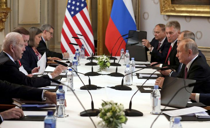 スイスのジュネーブで、首脳会談に臨むバイデン米大統領(左)とプーチン露大統領(右)=16日(ロイター)