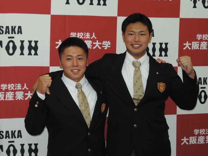 ドラフト指名を喜ぶ池田陵真選手(左)と松浦慶斗投手=大東市の大阪桐蔭高校