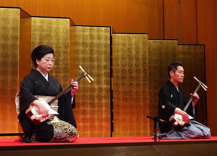 九州系地歌の藤本昭子(左)と、上方地歌の菊央雄司が、それぞれ「黒髪」を全曲演奏した