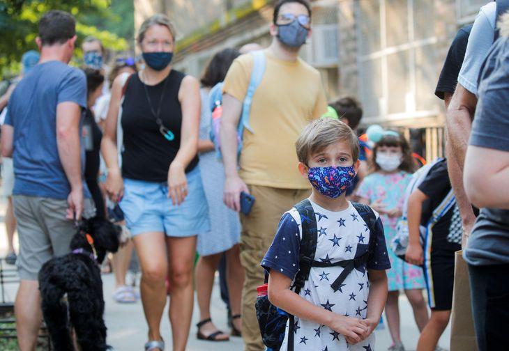 米ニューヨーク市で授業が始まった13日、マスクをする子ども(ロイター=共同)