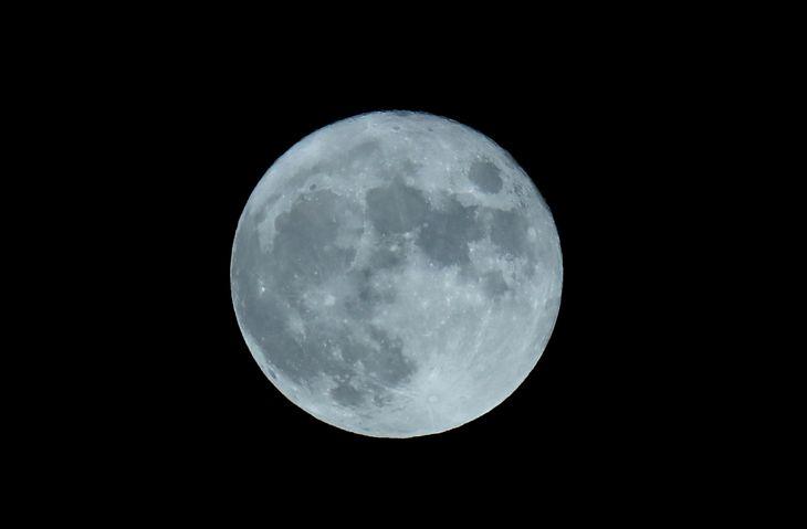 【中秋の名月2021】中秋の名月の満月=21日午後、羽田空港(鴨志田拓海撮影)