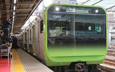 大崎駅に入線した山手線E235系(鈴木健児撮影)