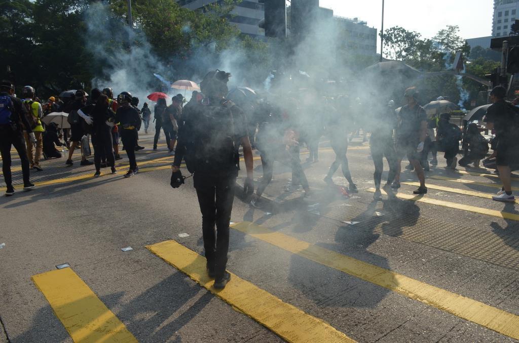 香港・九龍半島で20日、「覆面禁止法」などに反対する大規模なデモが行われ、繁華街の尖沙咀(チムサーチョイ)では警察が市民に催涙弾を発射した(森浩撮影)