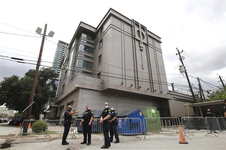 米テキサス州ヒューストンの中国総領事館の外にバリケードを設置する警官ら=24日(Godofredo Vasquez/Houston Chronicle提供、AP=共同)