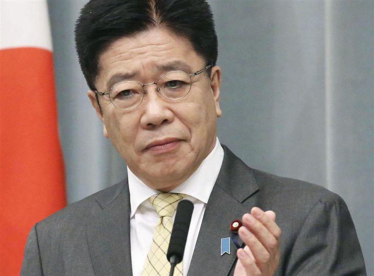 記者会見する加藤官房長官=20日午前、首相官邸
