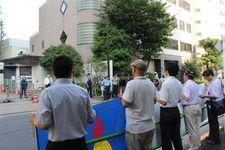 中国大使館に向かって抗議の声を上げる人々。右から2人目がトゥール・ムハメットさん。中央が吉田康一郎元東京都議、左端がオルホノド・ダイチンさん=8日、東京都港区(三枝玄太郎撮影)