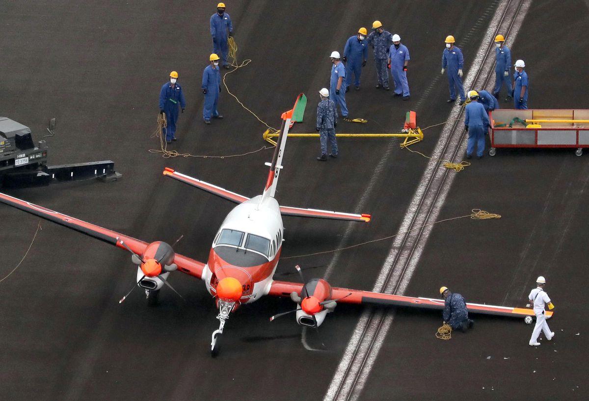 胴体着陸した海上自衛隊の練習機=3日午後2時36分、徳島空港(本社ヘリから、彦野公太朗撮影)
