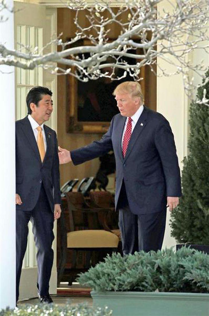 ホワイトハウスでの首脳会談を終え共同記者会見に向かう安倍晋三首相(左)とトランプ米大統領 =10日午後、米ワシントン(松本健吾撮影)