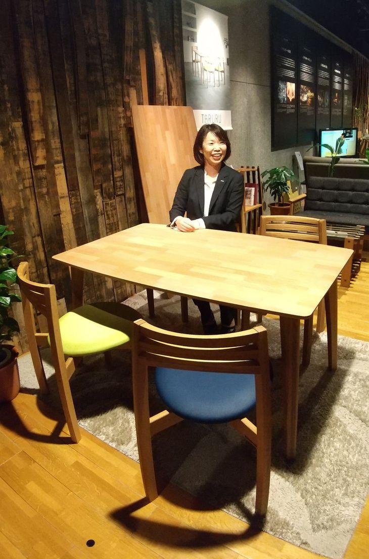 椅子の背もたれや食卓の天板は樽のような丸みを持たせている=14日、大阪市北区(田村慶子撮影)