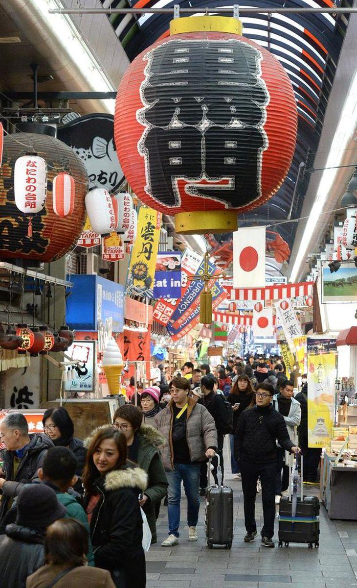 観光客でにぎわう黒門市場。春節の時期は毎年、多くの中国人観光客が訪れる=23日午前、大阪市中央区(南雲都撮影)