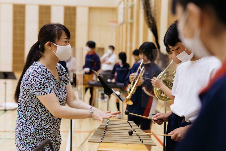 中学校の音楽の授業で指導する日本人音楽家(左)=7月19日、東京都渋谷区立上原中学校ⓒブリティッシュ・カウンシル